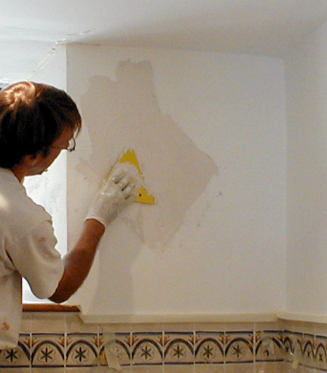 applying decorative plaster